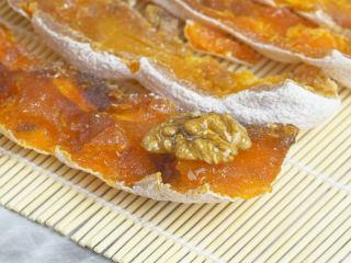 香甜柿子核桃卷,核桃仁均匀蘸取蜂蜜,整齐码放在柿子饼上