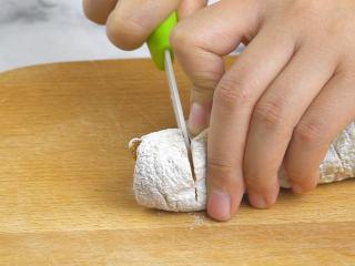 香甜柿子核桃卷,将柿子核桃卷取出,切成厚片