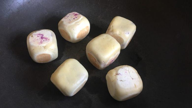 网红仙豆糕,放入平底锅或普通锅(底平一点),不用放油,小火加热,几十秒翻一次,六个面全部上色后出锅