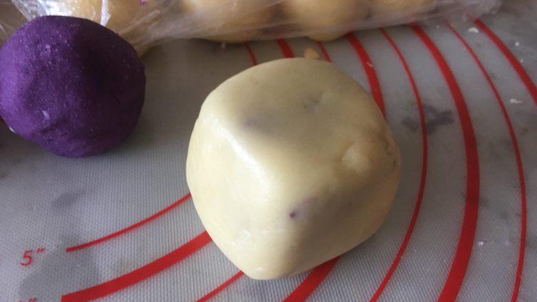 网红仙豆糕,周边轻轻摔一下,整型为正方体状