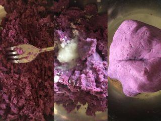网红仙豆糕,紫薯蒸熟后用叉子碾成泥,取所需份量加入牛奶和白糖,活成团