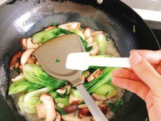 上海青炒香菇,倒入半碗炖肉的汤汁(已调好味道的汤,会咸),并加入半勺盐。
