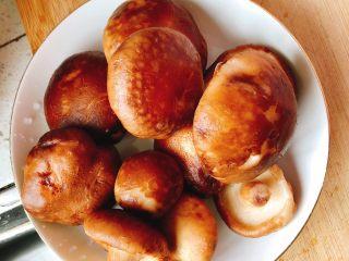 上海青炒香菇,清洗干净。