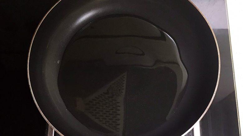 十分钟快手菜  凉拌椒香笋丝,炒锅烧热后加入1勺大豆色拉油