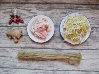 豆芽炖粉条,准备干辣椒/ 粉条/ 五花肉 /豆芽