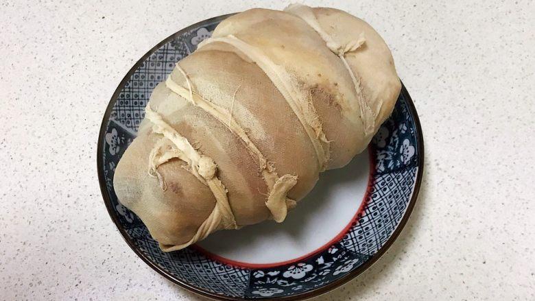 香而不腻的红油蒜蓉肘花,把炒好的猪肘捞出来