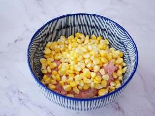 煎猪肉玉米饺子,把玉米粒洗净控干水分,和猪肉末一起放入容器中
