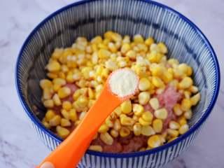 煎猪肉玉米饺子,加入鸡精