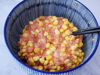 煎猪肉玉米饺子,搅拌均匀