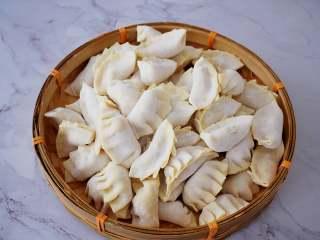 煎猪肉玉米饺子,依次全部做完所有的饺子皮