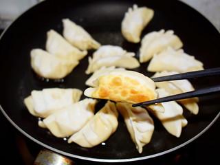 煎猪肉玉米饺子,小火煎至底部金黄色