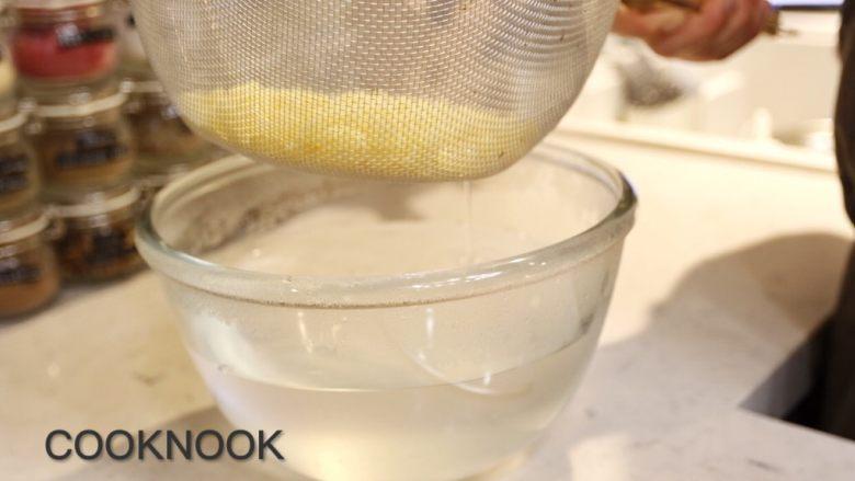 起司螃蟹通心粉,取出通心粉沥干水 淋上盐、黑胡椒适当调味 置旁备用