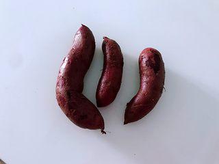 """秋冬季节的""""冰淇淋"""",低热量高营养,美美的吃起来,紫薯洗干净。"""