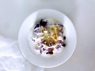 """秋冬季节的""""冰淇淋"""",低热量高营养,美美的吃起来,洒上小麦胚芽,没有可以用即食燕麦片来代替,放上坚果,我用的是瓜子仁,任何坚果都可以,只要喜欢就行。"""