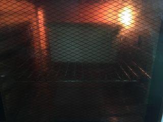南瓜奶油吐司,预热好烤箱,上下火190度35分钟。