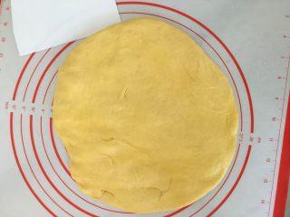 南瓜奶油吐司,按扁排气。