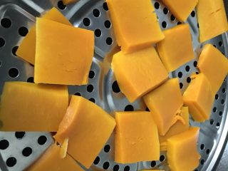 南瓜奶油吐司,南瓜去皮切块蒸熟。