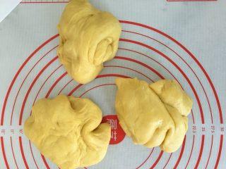 南瓜奶油吐司,平均分成三份。