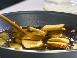 红烧鲤鱼,另起锅放入猪油1勺烧热,放入洋葱小火炒香,加入桂皮1小块、八角3个、葱油、生抽、料酒、冰糖适量炒匀,再倒入足量开水,放入小素鸡,加入麻婆豆腐酱1包,加盖炖煮收汁
