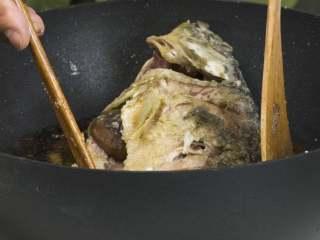 红烧鲤鱼,将锅内底油烧热,放入辣椒、小葱葱段、姜片、蒜瓣、大葱葱段翻炒爆香,倒入生抽、老抽、料酒、冰糖、开水,放入鲤鱼,在鱼肚内填入水发香菇,再倒入小素鸡酱汁