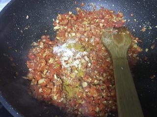 红红火火辣椒酱夹馍好伴侣,翻炒下继续放入盐和十三香