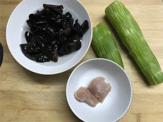 黑木耳莴笋肉片,准备好材料。