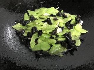 黑木耳莴笋肉片,再加少许的水煮开。