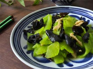 黑木耳莴笋肉片,爽滑脆嫩,清香宜人,好吃又补血的莴笋木耳炒肉片。