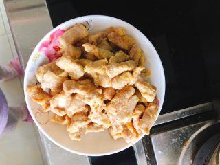糖醋里脊肉-宴请、过年过节必备菜,捞起里脊肉装盘。