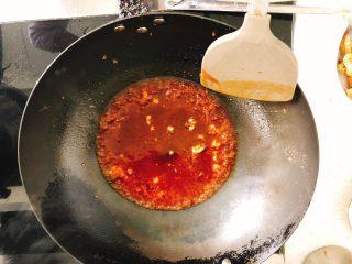 糖醋里脊肉-宴请、过年过节必备菜,倒入准备好的酱料,并加入少许水。