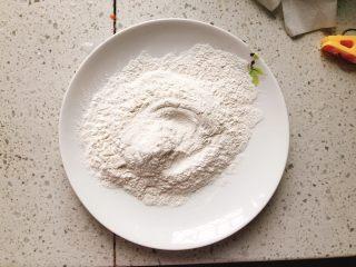 糖醋里脊肉-宴请、过年过节必备菜,另取1个盘子,倒入150克油炸粉。