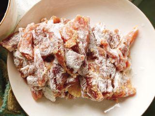 糖醋里脊肉-宴请、过年过节必备菜,将肉条全部裹上油炸粉。