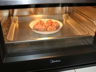 香菇酿肉,蒸烤箱的水盒中加满水,选择鲜嫩纯蒸功能,蒸15分钟左右即可。