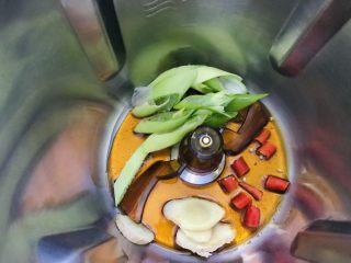 香辣鳕鱼🐟,加入麻辣油、姜、葱、小红椒。爆香 设置: 1分钟120度L档