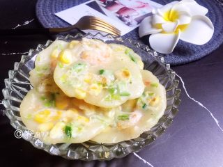 玉米虾仁水晶小软饼,两面都成淡金色就可以出锅了
