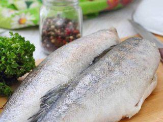 香辣鳕鱼🐟,鳕鱼清洗干净。切成3厘米长左右的鱼段。
