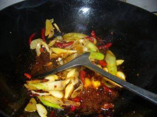 香辣螃蟹🦀,葱姜蒜辣椒爆香  加入豆瓣酱炒出红油 再加入炸好的螃蟹进行翻炒 小火闷五分钟 再大火收汁