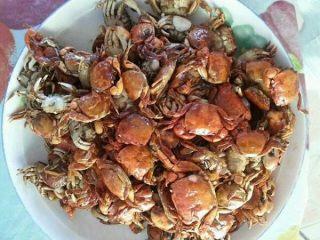 香辣螃蟹🦀,锅中放油  待油温七八成热时放入螃蟹,待螃蟹炸制金黄 放入盘中备用