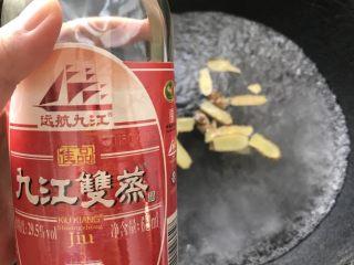 浓香椰子汤,烧开一锅水,倒入姜片和米酒。