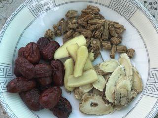 浓香椰子汤,红枣、党参、姜片和黄芪洗净备用。
