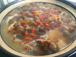 白萝卜羊肉煲,加入适量鸡精调匀,再放入枸杞即可出锅。