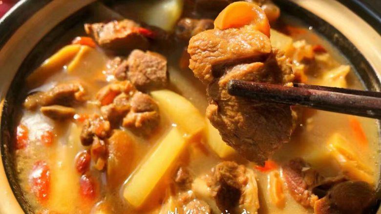 白萝卜羊肉煲,美味的白萝卜炖羊肉就做好了,这样炖出来的羊肉特别好吃,一点膻味都没有,汤很鲜美,羊肉也很入味,萝卜也特别美味。