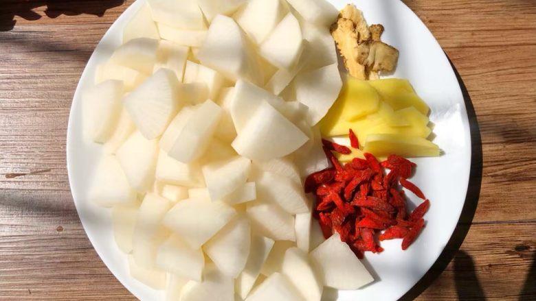 白萝卜羊肉煲,白萝卜去皮切块,当归和枸杞冲洗干净,生姜去皮洗净切片。