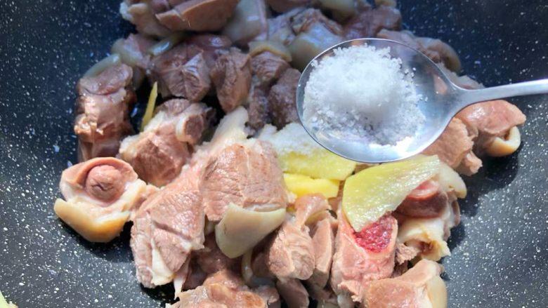 白萝卜羊肉煲,加入适量盐,继续翻炒,炒至羊肉焦黄为止。