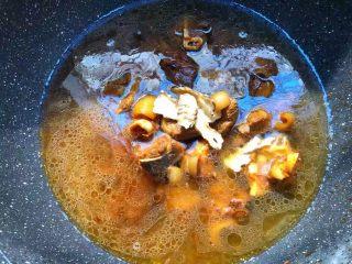 白萝卜羊肉煲,加入4g当归,倒入高出羊肉1cm的水,大火烧开,转中火慢炖一个小时,炖到羊肉可以咬的动为止。