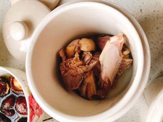 茶树菇水鸭汤,拿一个炖盅,取几块鸭肉放到炖盅里。