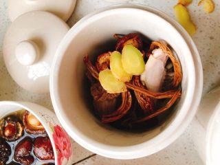 茶树菇水鸭汤,生姜切3片放到炖盅。