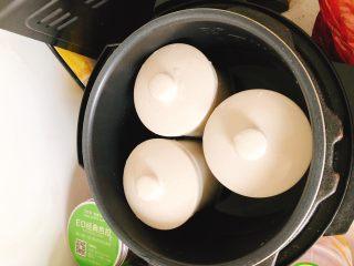 """茶树菇水鸭汤,盖上盖子放到电饭煲选择""""炖肉""""功能隔水炖2小时。"""