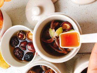 茶树菇水鸭汤,加入1勺料酒。