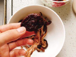 茶树菇水鸭汤,将泡好后的茶树菇清洗干净。